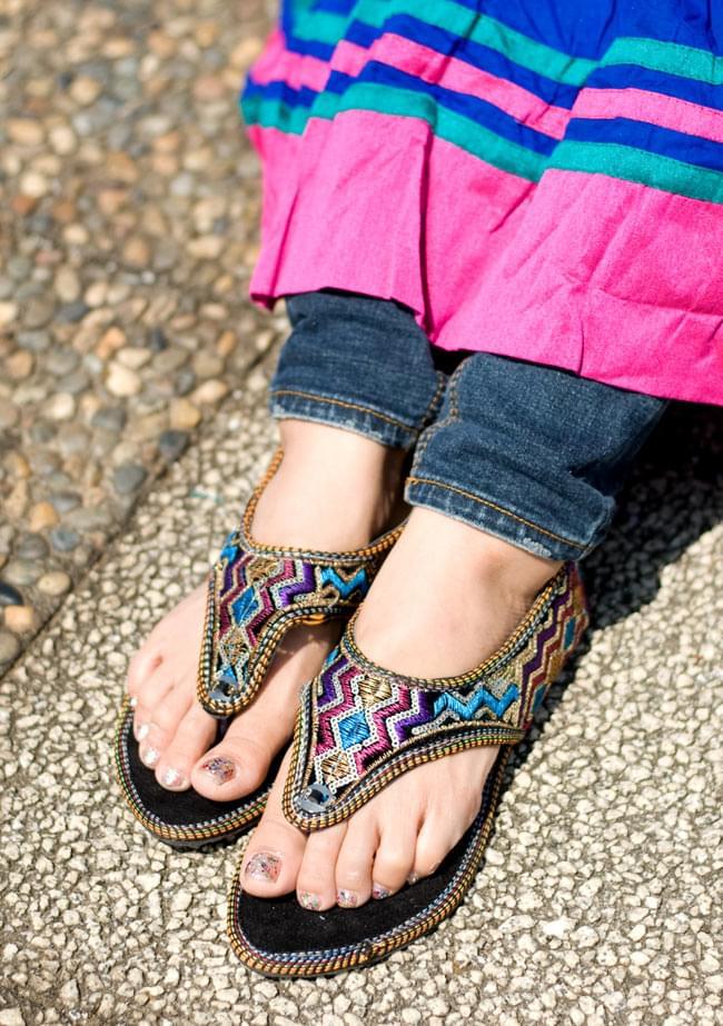 インドのトングサンダル - 【踵ゴム】 の写真9 - 実際に履いてみました。通常23cmを履いていますがXSサイズでぴったりでした。