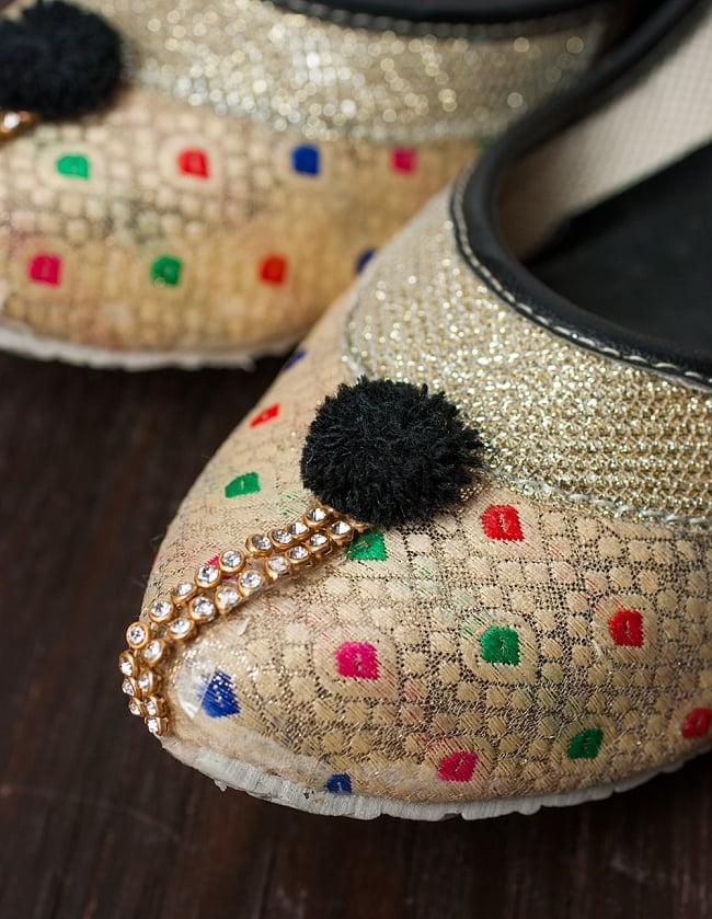 ゴージャス刺繍のマハラニフラットシューズの写真2 - つま先部分をアップにしてみました。インドらしいデザインが可愛いです。