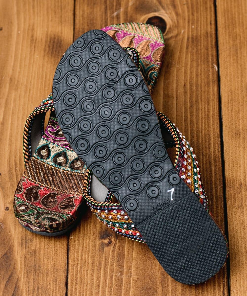 インドのカラフル刺繍ビーチサンダル 7 - 靴の裏面はこのようになっています