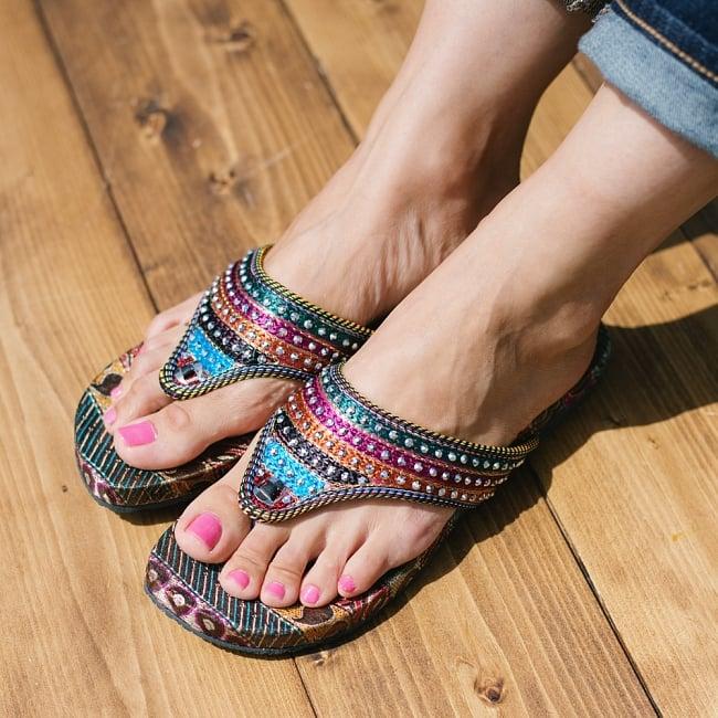 インドのカラフル刺繍ビーチサンダル 8 - 足サイズ:24cm(普段の靴は24cm or 24.5cm)の、モデルさんが【サイズ11】を試着しています。同ジャンル品の試着写真です