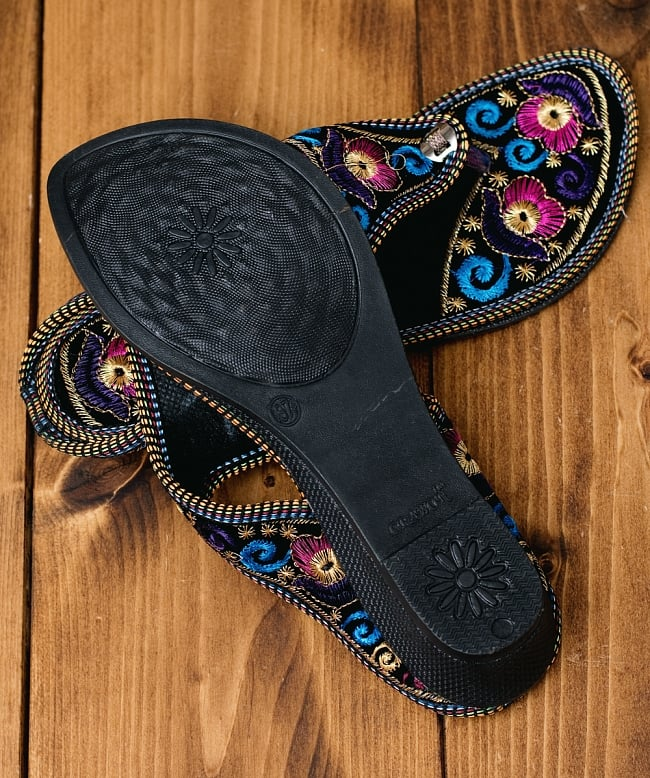 インドのカラフル刺繍トングサンダル - 【ヒール付き】 7 - 靴の裏面はこのようになっています
