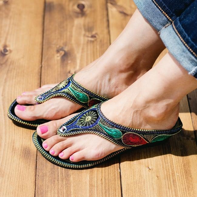 インドのカラフル刺繍トングサンダル - 【ヒール付き】 8 - 同ジャンル品の試着写真です。足サイズ:24cm(普段の靴は24cm or 24.5cm)の、モデルさんが【サイズ40】を試着しています。