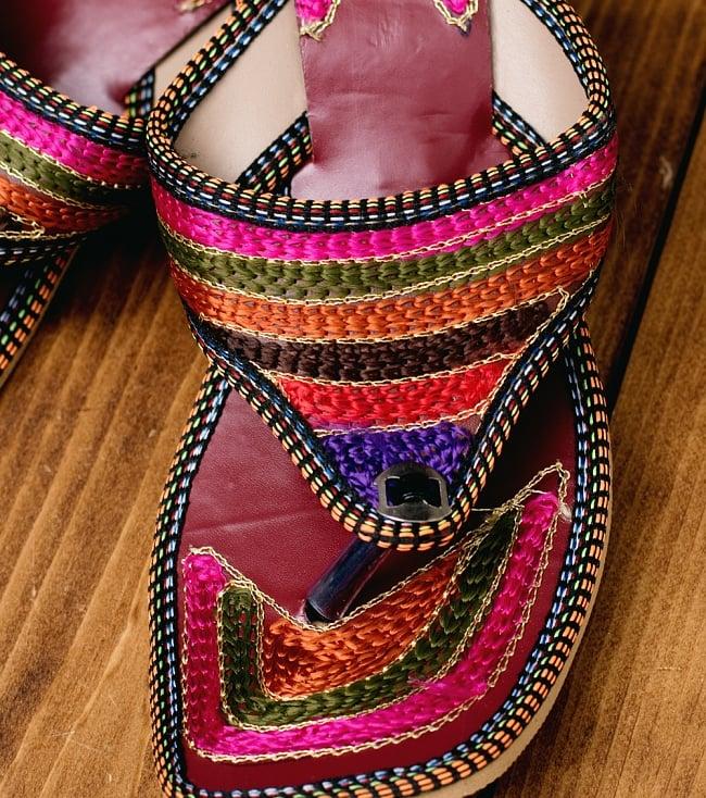 インドのカラフル刺繍トングサンダル - 【ヒール付き】 2 - 拡大写真です