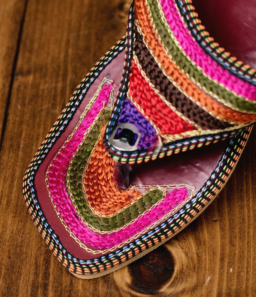 インドのカラフル刺繍トングサンダル - 【ヒール付き】 3 - 別の角度からの写真です