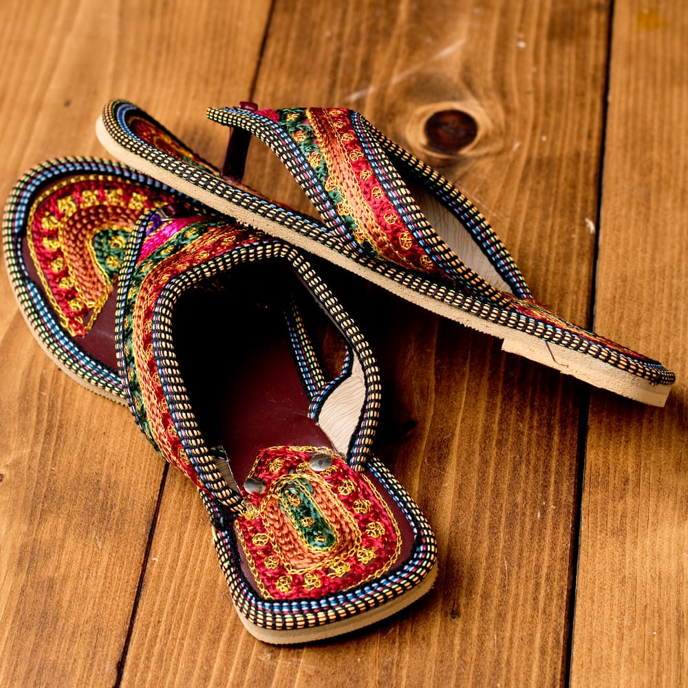 インドのカラフル刺繍トングサンダル - 【ヒール付き】 4 - 横からの写真です
