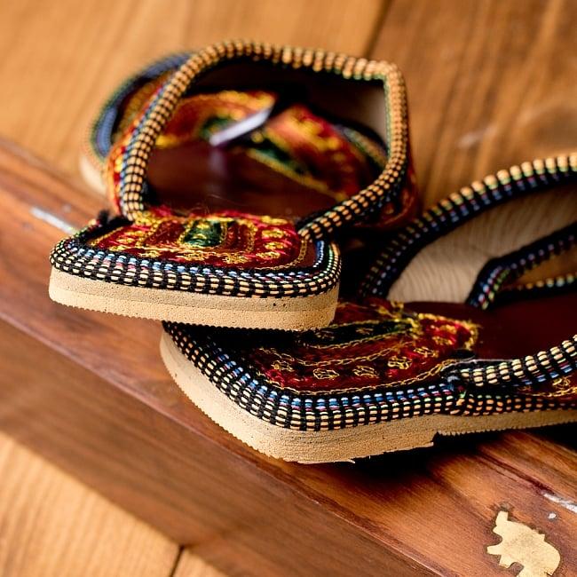 インドのカラフル刺繍トングサンダル - 【ヒール付き】 5 - 踵の部分です