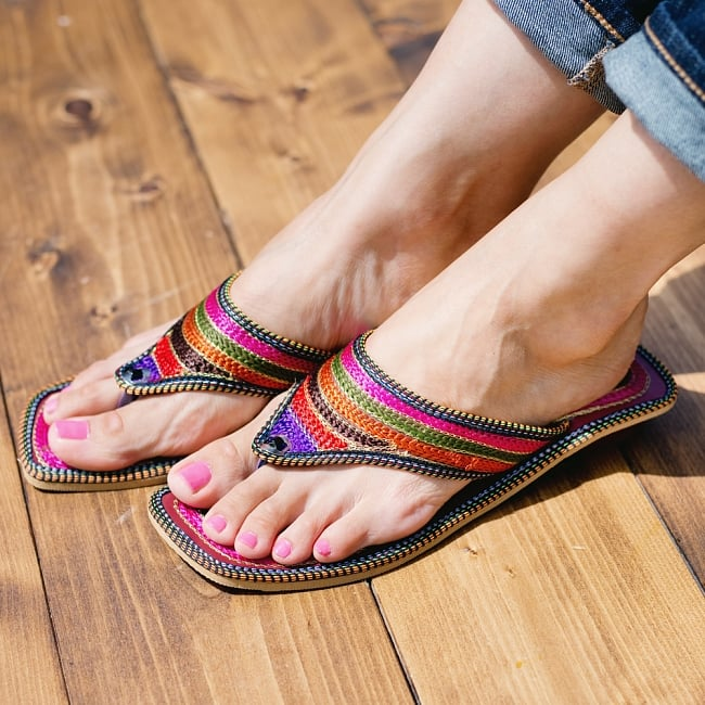 インドのカラフル刺繍トングサンダル - 【ヒール付き】 8 - 同ジャンル品の試着写真です。足サイズ:24cm(普段の靴は24cm or 24.5cm)の、モデルさんが【サイズ12】を試着しています。
