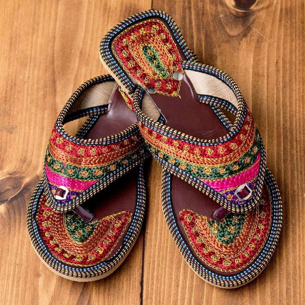 インドのカラフル刺繍トングサンダル - 【ヒール付き】の写真