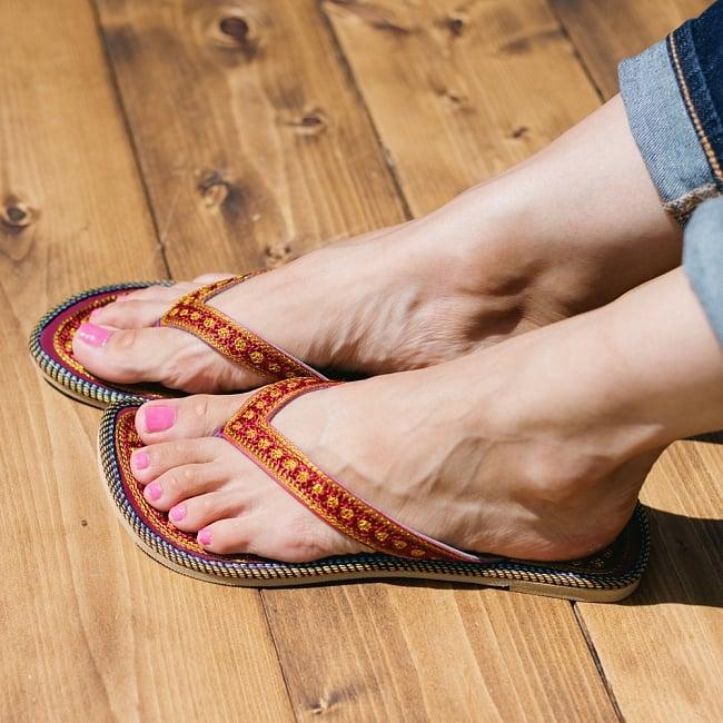 インドのカラフル刺繍ビーチサンダル 8 - 同ジャンル品の試着写真です。足サイズ:24cm(普段の靴は24cm or 24.5cm)の、モデルさんが【サイズ12】を試着しています。