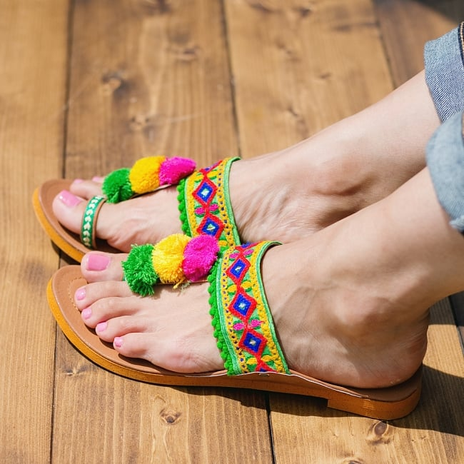 カッチテイストのカラフル刺繍サンダル 8 - 同ジャンル品の試着写真です。足サイズ:24cm(普段の靴は24cm or 24.5cm)の、モデルさんが【サイズ10】を試着しています。