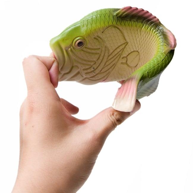 【おおきめサイズ】リアルなおさかなサンダル 8 - このように柔軟な素材で作られているので、とても使いやすいです。