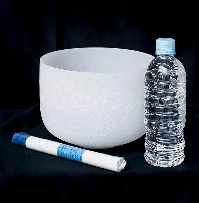 【G音程】第5チャクラ(throat)クリスタルシンギングボウル 直径21cmの写真6 - 一般的な500mlのペットボトルとの比較です。一般的なシンギングボウルと比べると、サイズは大きいです。