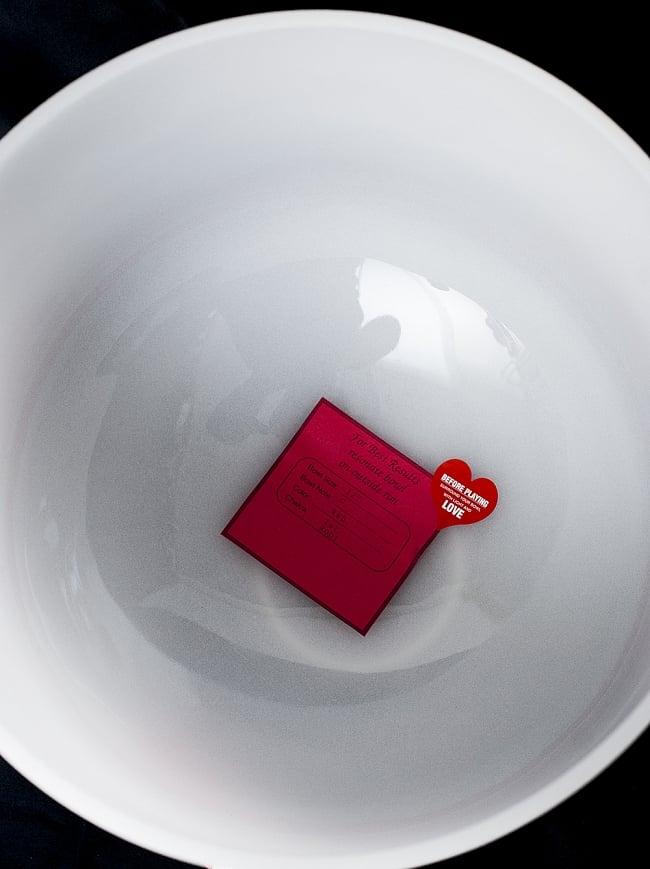 【C音程】第1チャクラ(root)クリスタルシンギングボウル 直径30.5cmの写真3 - フチの部分をマレットで擦ることで大きな倍音が空間を満たしていきます。