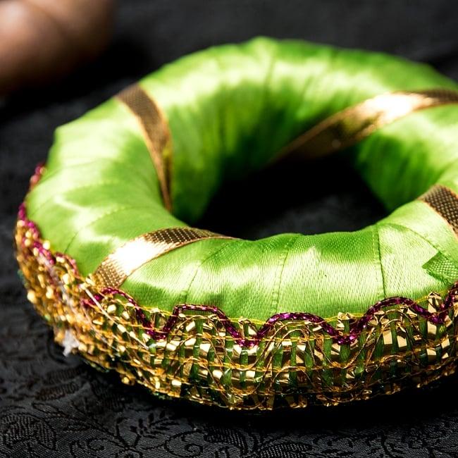シンギングボウル用リング【ライトグリーン】の写真3 - 金糸が用いられていてゴージャスな印象を与えます。