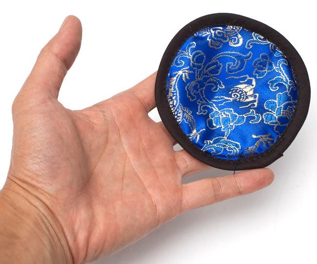シンギングボウル用マット[10.5cm]の写真2 - サイズ比較のために手に持ってみたところです