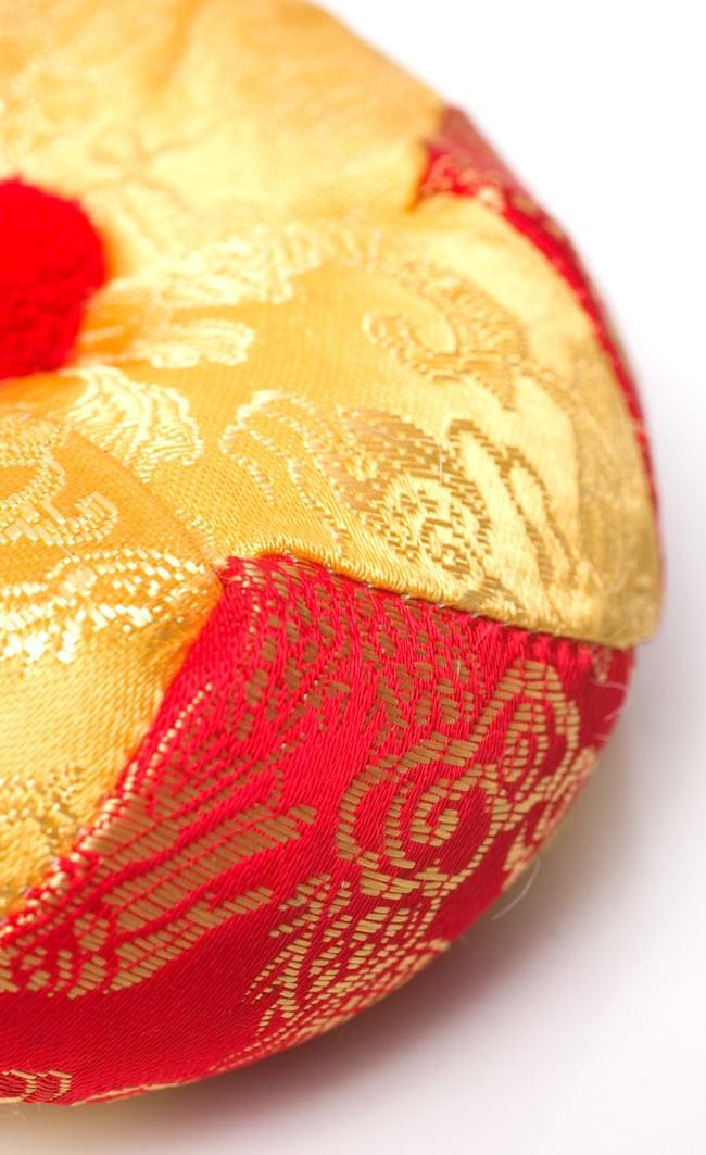 シンギングボウル用マット(12cm)【赤と黄色 紋様あり】の写真2 - 近づいて見てみました。