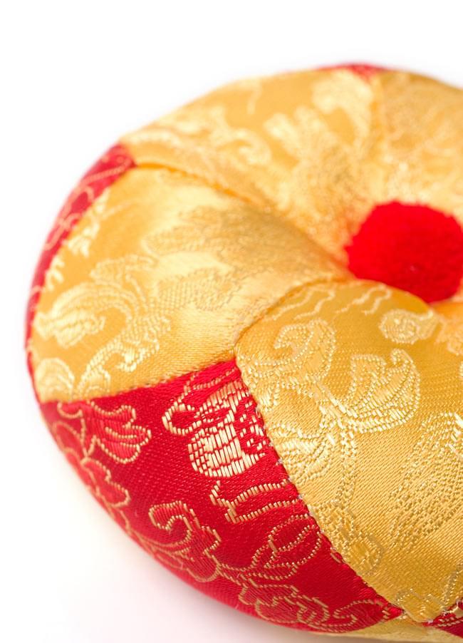 シンギングボウル用マット(12cm)【赤と黄色 紋様あり】の写真3 - ふっくらとした感触が魅力的です。