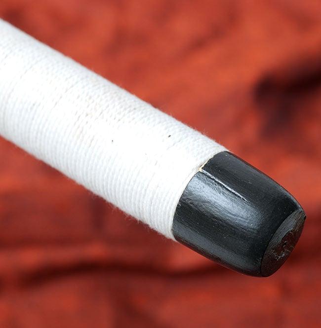 木とコットンのエスニックマレット(太鼓のバチ)[47cm]の写真4 - 白い部分はコットンの紐で巻かれています
