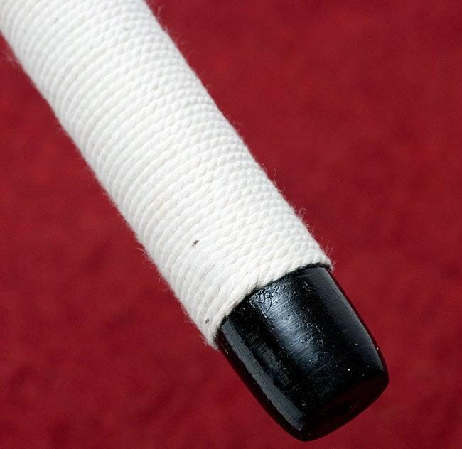 木とコットンのエスニックマレット(太鼓のバチ)[35cm]の写真2 - 白い部分はコットンの紐で巻かれています