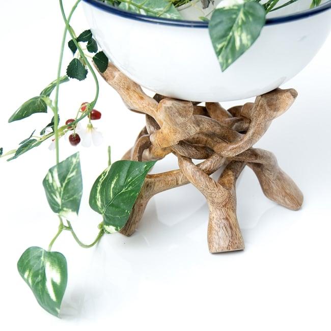 一本の木を彫って作ったマンゴーウッドボウルスタンド4本足タイプ【直径14cm】 9 - 植物を飾る際の力強いパートナーです。(写真は類似商品です。)