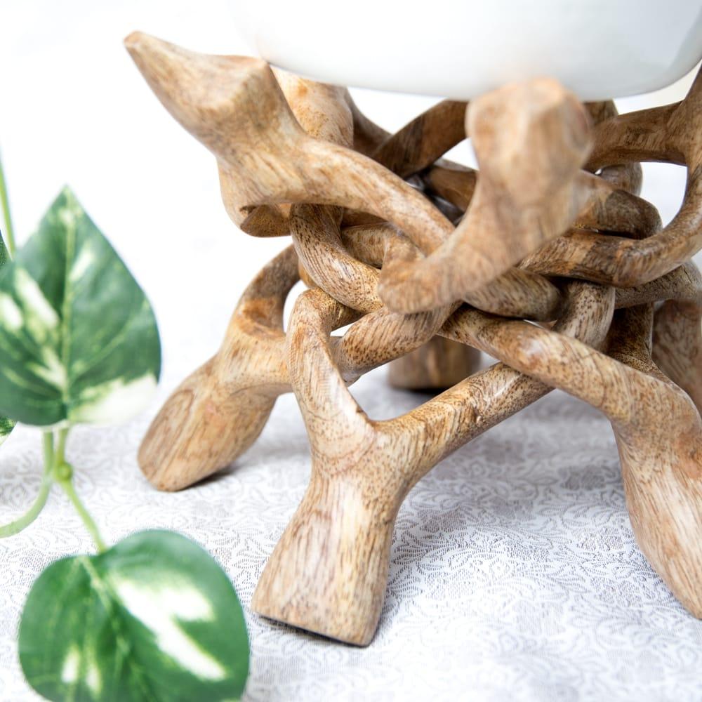 一本の木を彫って作ったマンゴーウッドボウルスタンド5本足タイプ【直径17cm】 7 - 有機的な力強いフォルム。お部屋で存在感を発揮します。(写真は類似商品です。)