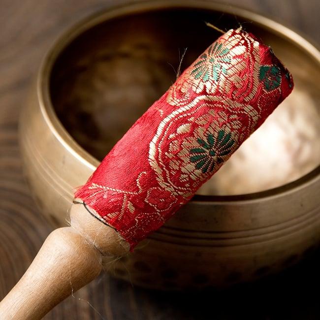 装飾付き りん棒・シンギングボウルマレット - 赤 2 - この先端の鮮やかな光沢感ある布の装飾が特徴的
