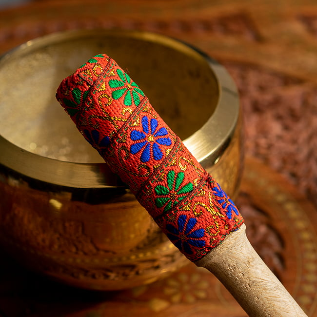 装飾付き りん棒・シンギングボウルマレット - オレンジ 2 - この先端の鮮やかな光沢感ある布の装飾が特徴的