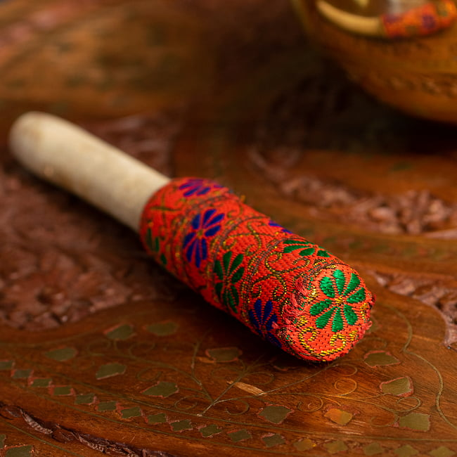 装飾付き りん棒・シンギングボウルマレット - オレンジ 4 - 別の角度からの写真です