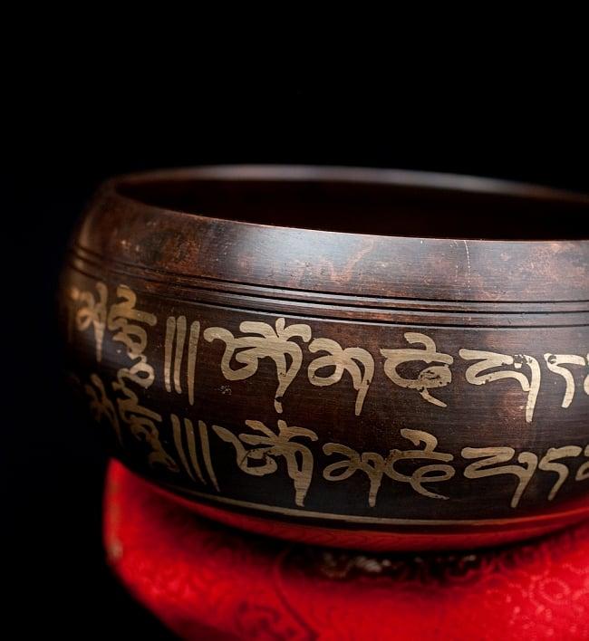 【一点物】チベタンシンギングボウル【音階:F】 328g(スティック付属) 2 - 縁の部分の拡大写真です。