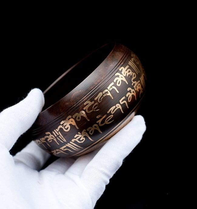 【一点物】チベタンシンギングボウル【音階:F】 328g(スティック付属) 5 - サイズを感じていただく為、手に持ってみました。