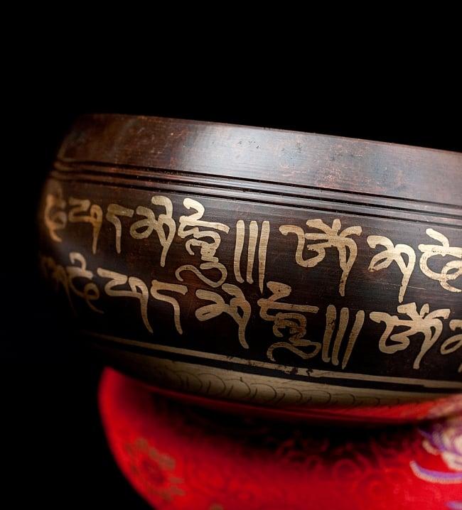 【一点物】チベタンシンギングボウル【音階:E】 304g(スティック付属)の写真2 - 縁の部分の拡大写真です。