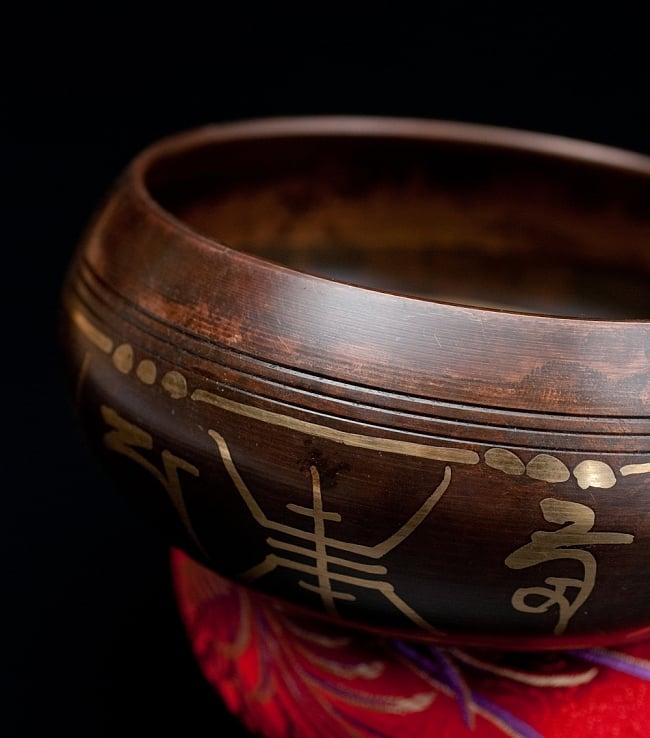 【一点物】チベタンシンギングボウル【音階:F】 448g(スティック付属)の写真2 - 縁の部分の拡大写真です。