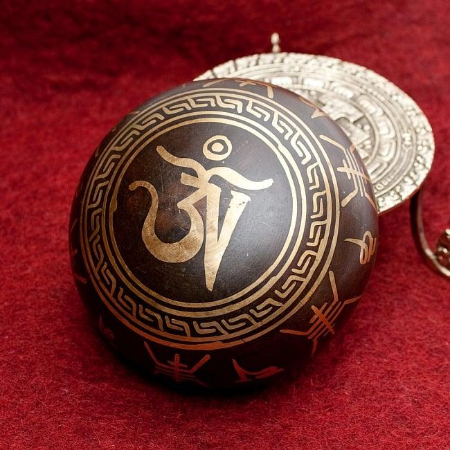 【一点物】チベタンシンギングボウル【音階:F】 444g(スティック付属) 4 - 裏側の写真です。こちらにも丁寧に装飾が施されております。