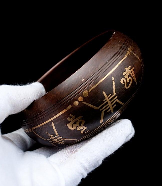 【一点物】チベタンシンギングボウル【音階:F】 444g(スティック付属) 5 - サイズを感じていただく為、手に持ってみました。