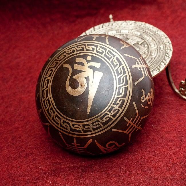 【一点物】チベタンシンギングボウル【音階:D#】 406g(スティック付属)の写真4 - 裏側の写真です。こちらにも丁寧に装飾が施されております。