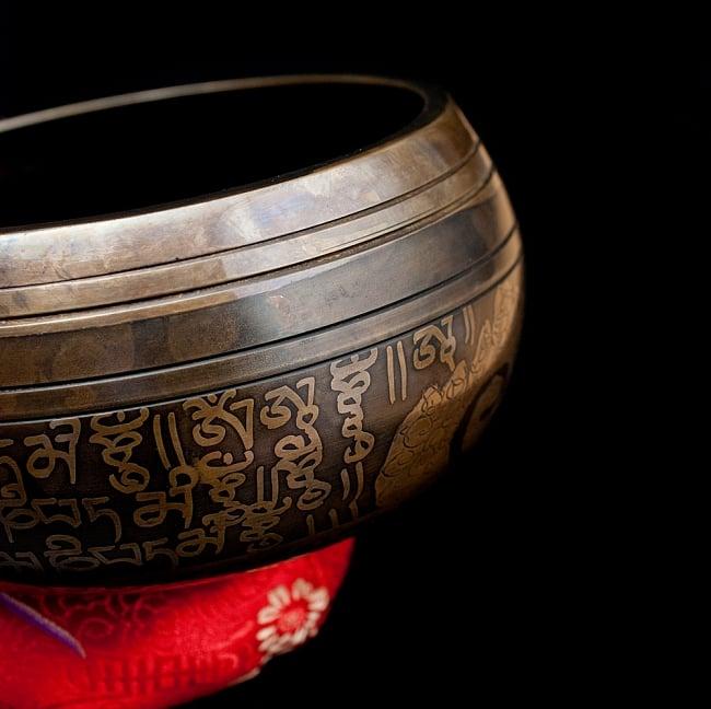 【一点物】手彫り文様入りチベタンシンギングボウル【音階:E】 586g(スティック付属) 2 - 縁の部分の拡大写真です。