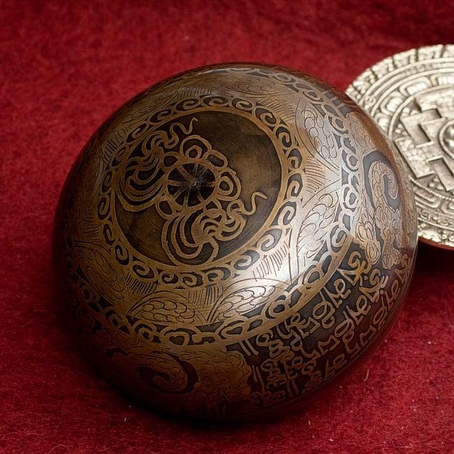 【一点物】手彫り文様入りチベタンシンギングボウル【音階:E】 586g(スティック付属) 4 - 裏側の写真です。