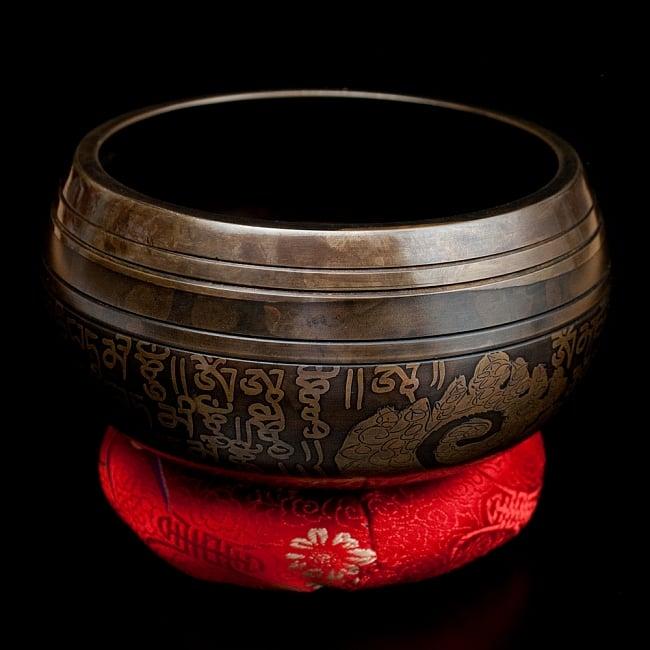 【一点物】手彫り文様入りチベタンシンギングボウル【音階:E】 586g(スティック付属)の写真