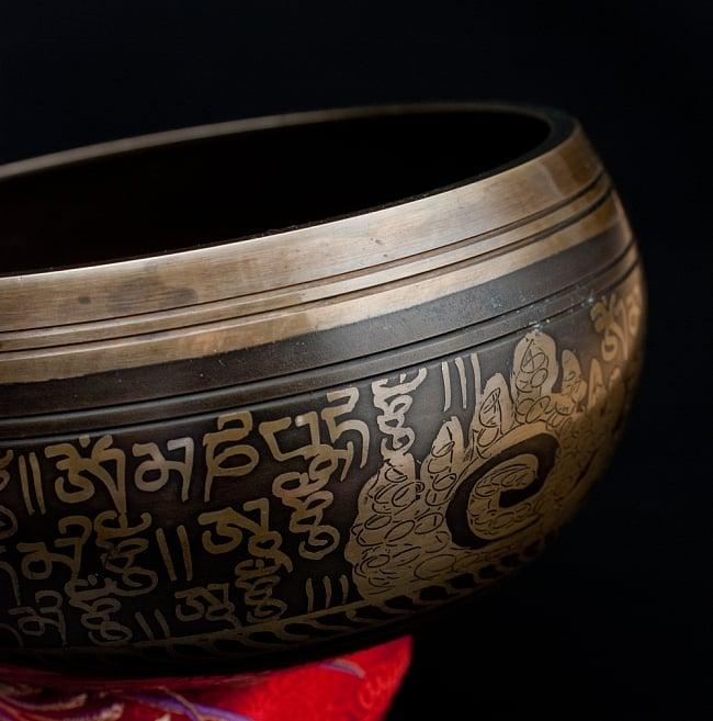 【一点物】手彫り文様入りチベタンシンギングボウル【音階:B】 916g(スティック付属) 2 - 縁の部分の拡大写真です。