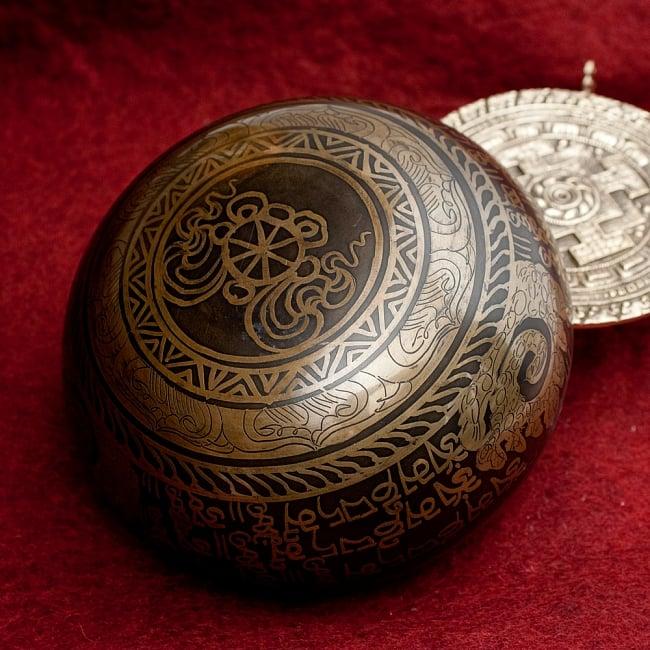 【一点物】手彫り文様入りチベタンシンギングボウル【音階:B】 916g(スティック付属) 4 - 裏側の写真です。