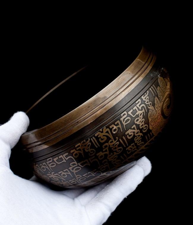 【一点物】手彫り文様入りチベタンシンギングボウル【音階:B】 916g(スティック付属) 5 - サイズを感じていただく為、手に持ってみました。