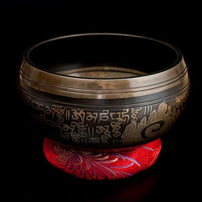 【一点物】手彫り文様入りチベタンシンギングボウル【音階:B】 916g(スティック付属)の写真