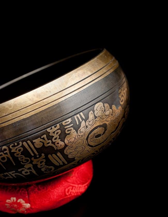 【一点物】手彫り文様入りチベタンシンギングボウル【音階:A#】 794g(スティック付属) 2 - 縁の部分の拡大写真です。