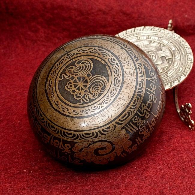 【一点物】手彫り文様入りチベタンシンギングボウル【音階:A#】 794g(スティック付属) 4 - 裏側の写真です。