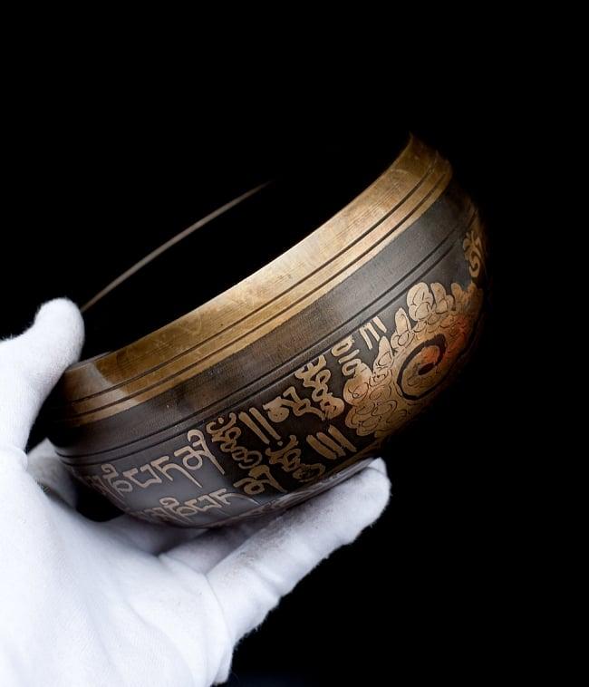 【一点物】手彫り文様入りチベタンシンギングボウル【音階:A#】 794g(スティック付属) 5 - サイズを感じていただく為、手に持ってみました。