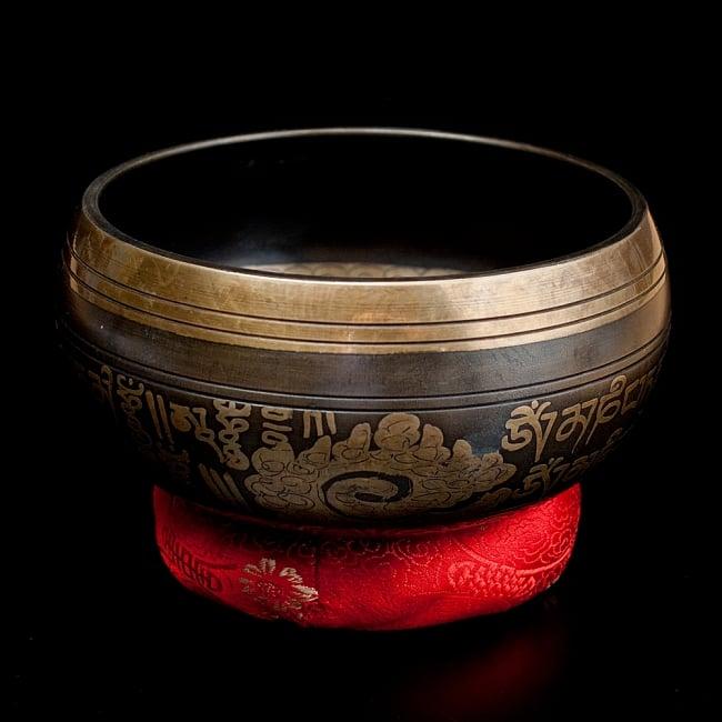 【一点物】手彫り文様入りチベタンシンギングボウル【音階:A#】 794g(スティック付属)の写真