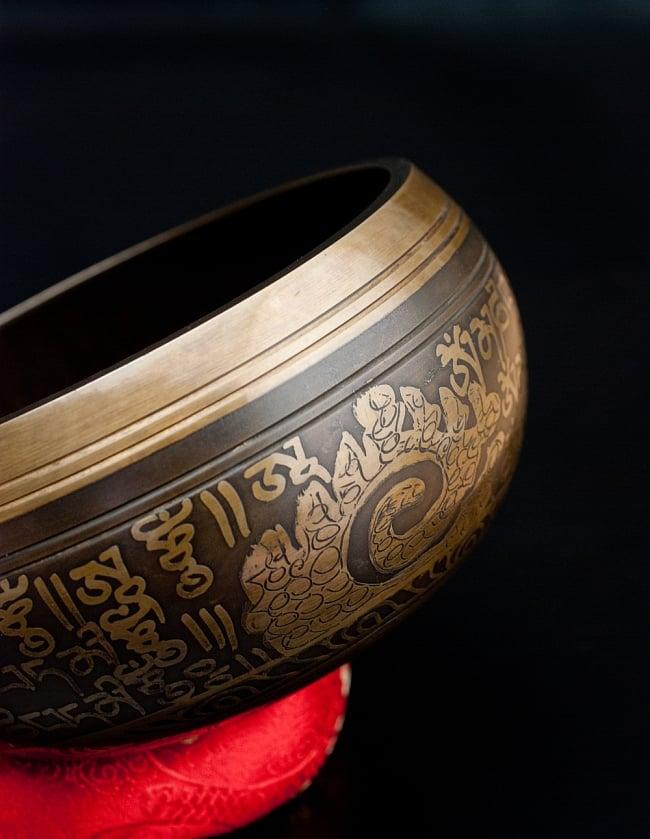 【一点物】手彫り文様入りチベタンシンギングボウル【音階:B】 930g(スティック付属) 2 - 縁の部分の拡大写真です。
