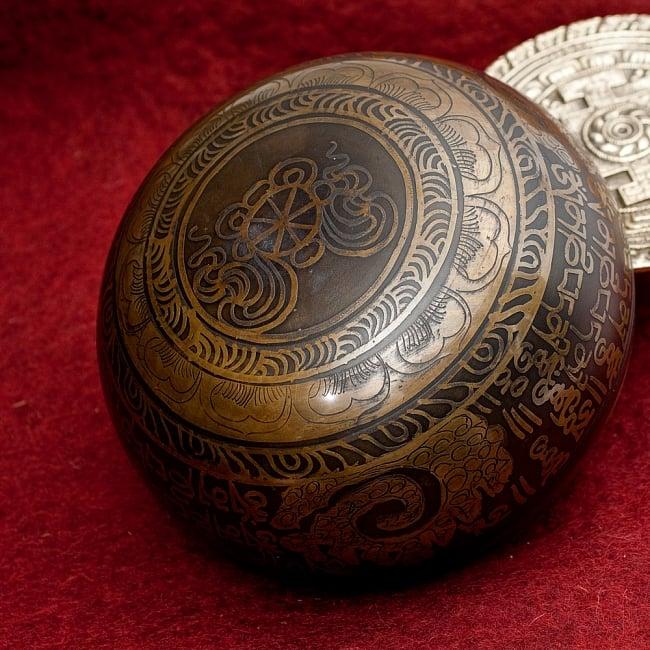 【一点物】手彫り文様入りチベタンシンギングボウル【音階:B】 930g(スティック付属) 4 - 裏側の写真です。