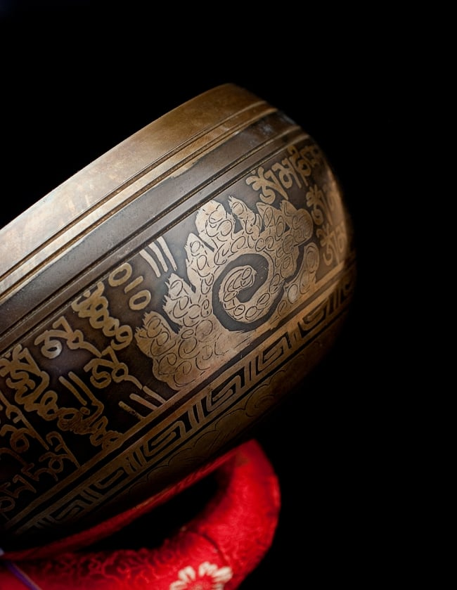 【一点物】手彫り文様入りチベタンシンギングボウル【音階:A#】 1026g(スティック付属) 2 - 縁の部分の拡大写真です。