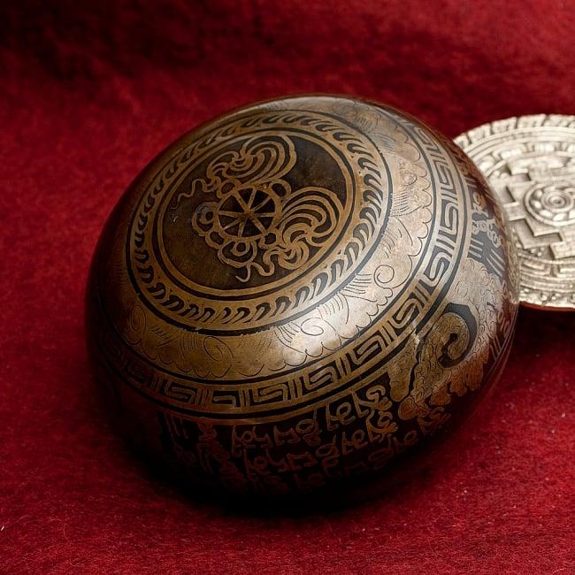 【一点物】手彫り文様入りチベタンシンギングボウル【音階:A#】 1026g(スティック付属)の写真4 - 裏側の写真です。